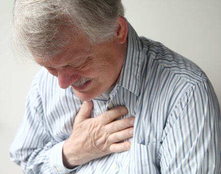 dolor de pecho: un hombre mayor que sufre de dolor severo en el pecho