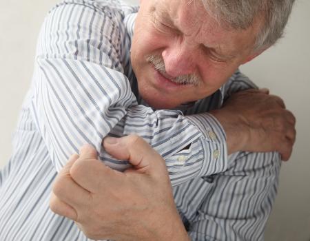 articulaciones: un hombre mayor que sufre de dolor en las articulaciones