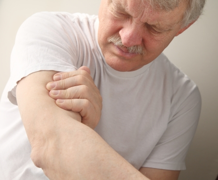 older man suffers from soreness in his upper arm Banque d'images