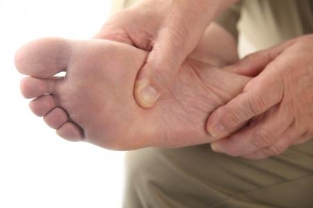 manos y pies: cerca de la parte inferior del pie de un hombre s