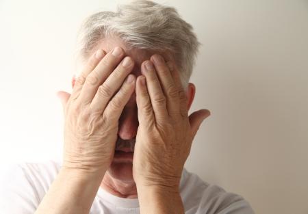 Un hombre mayor que oculta su cara por la vergüenza o el dolor Foto de archivo - 15070569