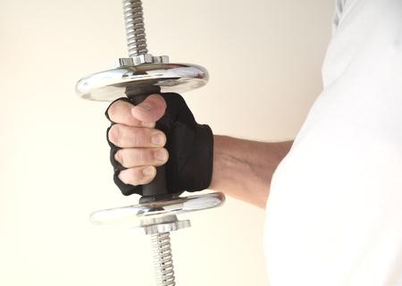 남자는 그의 낀 손에 무게를 보유하고있다.