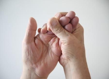 Un homme tente de rétablir le sentiment de sa main engourdie Banque d'images - 16894278