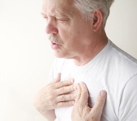 atmung: Senior hat Schwierigkeiten beim Atmen mit Schmerzen in der Brust