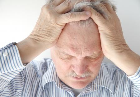 persona enojada: hombre mayor se siente abrumado y presión sentimiento