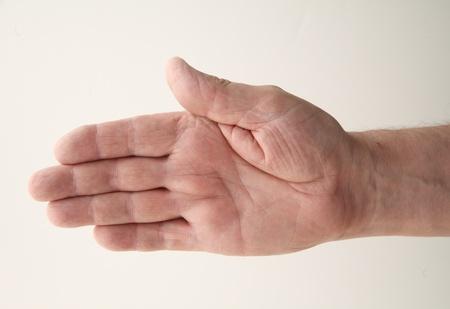senior homme étend sa main droite