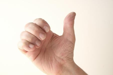 comunicacion no verbal: un hombre usa su mano en un gesto que tiene varios significados Foto de archivo