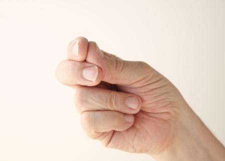 comunicacion no verbal: hombre mayor utiliza un gesto de chasquido de dedos Foto de archivo
