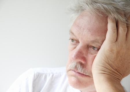 Senior homme regarde fixement dans la distance Banque d'images - 21976070