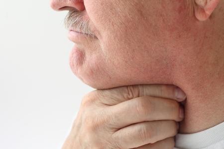 Homme mature avec un gros mal de gorge Banque d'images - 21976071