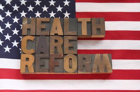 banderas americanas: las palabras de la reforma de salud en una bandera de Estados Unidos