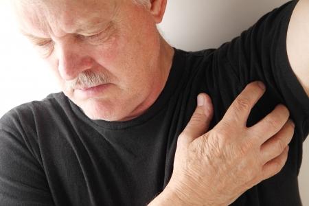 sarpullido: hombre mayor con una axila que pica