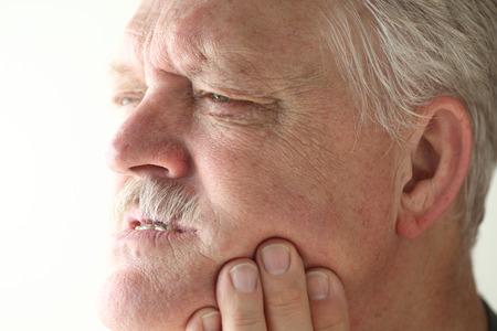 Senior Mann zeigt Schmerzbereich auf seinen Kiefer mit seinen Fingern. Standard-Bild - 32435716
