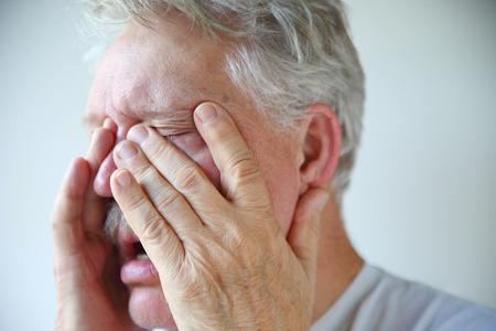 Un homme âgé expérience nez bouché sinus et maux de tête étouffante d'un mauvais rhume ou la grippe Banque d'images - 39561130