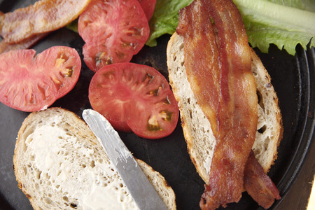 tomato slices: Bacon slices, tomato, lettuce and mayonaisse on bread