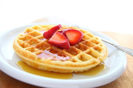 waffles: Detalle de waffle con fresas frescas y jarabe con espacio de copia