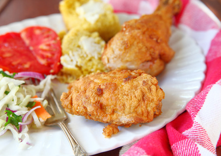 Chicken thigh and leg fried Southern-style with cornbread and vegetables Banque d'images