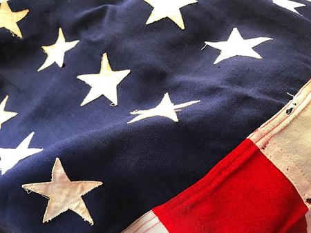 batallón: Old American flag flown during a battle