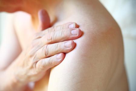 Älterer Mann mit Schultergelenkschmerzen Nahaufnahme