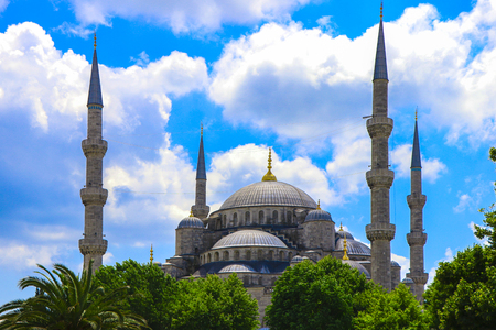 Blue mosque in the glorious daylight, Istanbul, Sultanahmet park. The biggest mosque in Istanbul of Sultan Ahmed (Ottoman Empire). Фото со стока