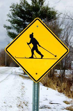 cross country: Funny firmar con esqu� de fondo esquiador cruce Foto de archivo