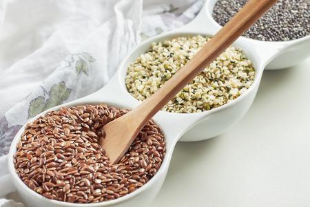 Flachs, Hanf und Chiasamen in der Schüssel auf weißem Hintergrund. Vegan Quellen von Omega-3