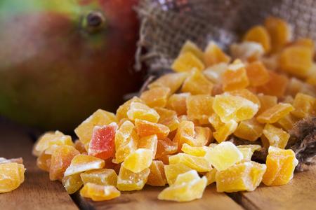 Closeup di mango essiccato e candito su fondo in legno Archivio Fotografico