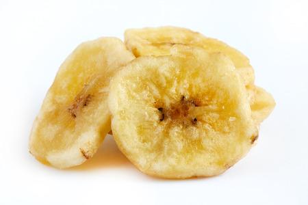 수 제 바나나 칩 (말린 및 튀긴 된 바나나 조각) 흰색 배경에 고립