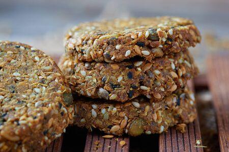 Vegan crackers (cakes) made with sesame, flax, sunflower, pumpkin and hemp seeds. 免版税图像
