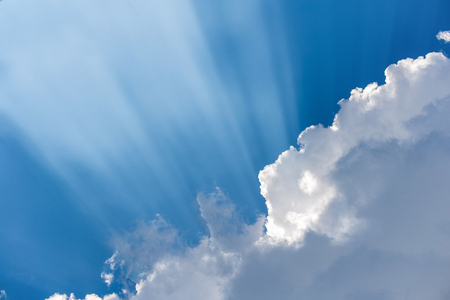 eventually: Nube causato dall'aggregazione o agglutinazione del vapore alla fine si condensa e cade sotto forma di pioggia. Le gocce d'acqua e cristalli di ghiaccio che formano una massa fluttuante nell'atmosfera ... Archivio Fotografico