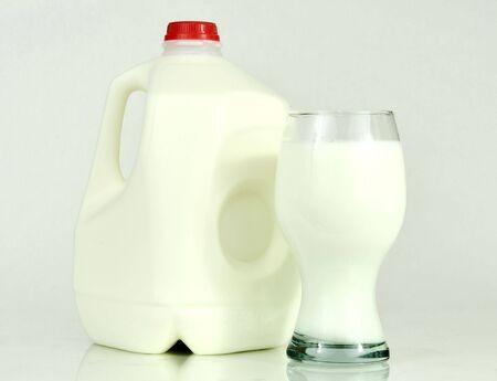 contenedor de un galón de leche y un vaso de leche Foto de archivo - 4077862