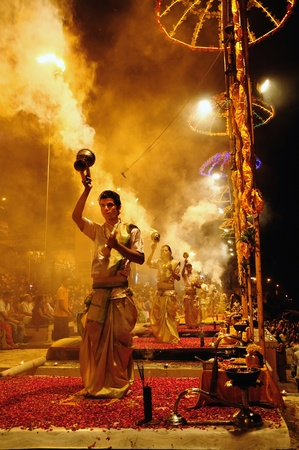 VARANASI, INDIA - APRIL 1, 2011: Unidentified Hindu priests perform religious Ganga Aarti ritual on April 1, 2011 at Varanasi, Uttar Pradesh, Central India. Publikacyjne