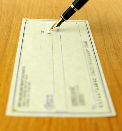 transaction: zakelijke transactie met behulp van een cheque, ondiepe nadruk op de penpunt