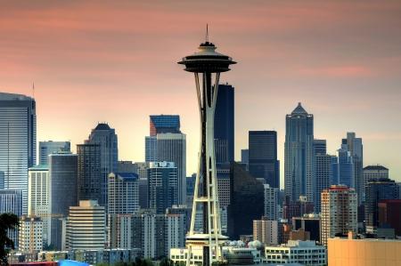 seattle: Seattle horizonte bajo un cielo rojo al amanecer Foto de archivo