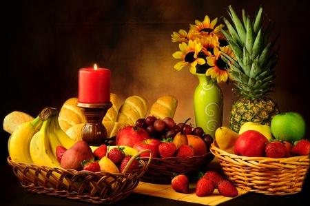 Dramatique nature morte de fruits assortis et petits pains d'ail