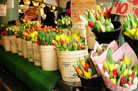 シアトルのローカル市場で販売のための新鮮なチューリップ