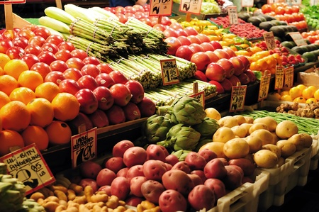 pike place: Fruits and vegetables on sale at Pike Place market in Seattle
