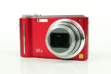 Moderno rojo cámara compacta de gran zoom digital de más de blanco