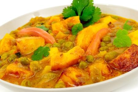 野菜の喜び: エンドウ豆のクリーミーなソースで調理したおいしいコテージ チーズ 写真素材 - 10613558