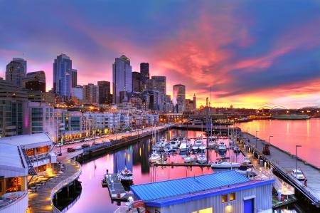 seattle: Famoso horizonte de Seattle deslumbrante bajo un cielo hermoso amanecer en el muelle-66 frente al mar