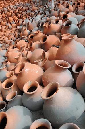 ollas de barro: Cientos de vasijas de barro mantiene en el sol para el secado vertical de la imagen Foto de archivo