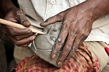 artisanale: Een ambachtelijke creëert het hoofd van een godin voor het Durga Puja festival in Kolkata, India