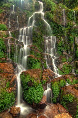source d eau: Belle cascade en cascade Bakthang dans la vallée de l'Himalaya, au Sikkim, en Inde