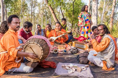 west bengal: SHANTINIKETAN, INDIA - DECEMBER 26: An Indian traditional baul folk band performs during the annual Poush Mela fair on December 26, 2015 in Shantiniketan, West Bengal, India.