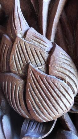 carver: Brote del loto tallada en madera Los p�talos y las l�neas en los p�talos. Al igual que el loto Una artes y artesan�as clase El tallador de Tailandia Editorial