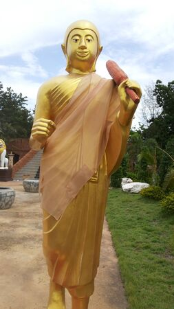 golden: Golden Pilgrim Statue