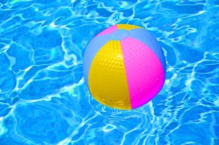 pool bola: Pelota de playa multicolor en la piscina Foto de archivo