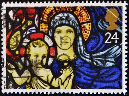 nacimiento de jesus: Gran Breta�a - alrededor de 1992: Un sello impreso en Gran Breta�a muestra una vidriera de la Virgen Mar�a y el ni�o Jes�s, alrededor de 1992