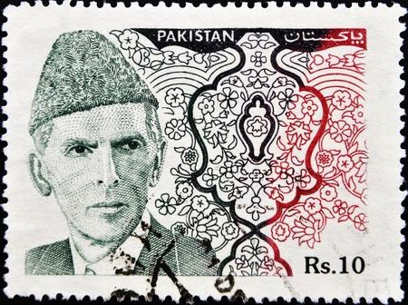 statesman: PAKISTAN-CIRCA 1994:A timbro stampato in PAKISTAN mostra immagine di Muhammad Ali Jinnah era un avvocato del XX secolo, politico, statista e il fondatore del Pakistan, intorno al 1994.
