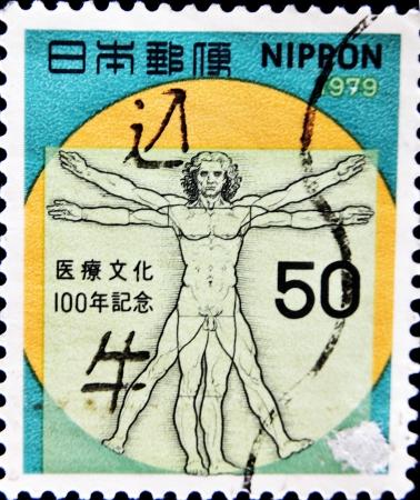 uomo vitruviano: GIAPPONE - CIRCA 1979: Un timbro stampato in Giappone disegno mostra Leonardo da Vinci, l'Uomo vitruviano, che commemora il centenario della introduzione della medicina occidentale in Giappone, circa 1979 Archivio Fotografico